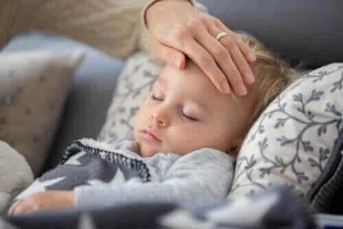 Hvis dit barn får feber under corona-karantænen