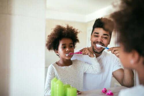 far og datter der børster tænder