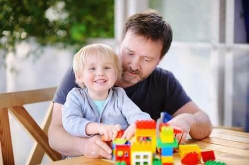 far og søn der leger med byggeklodser