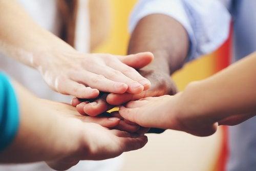 folks der rækker deres hænder frem mod hinanden