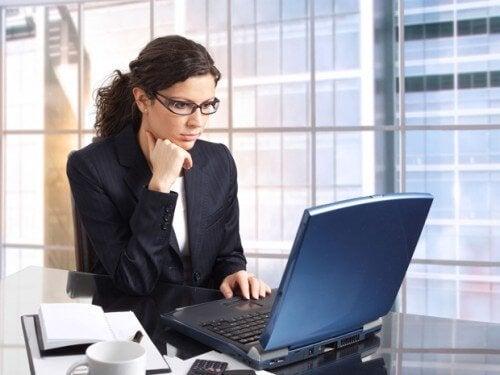 kvinde på arbejde