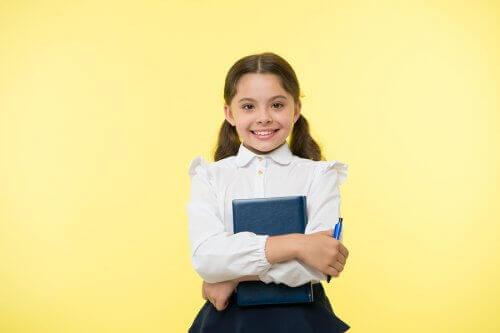 pige der holder pen og bog