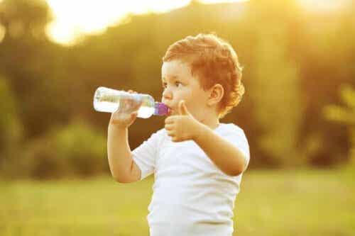 Hvornår bør du lære din baby at drikke af en kop?