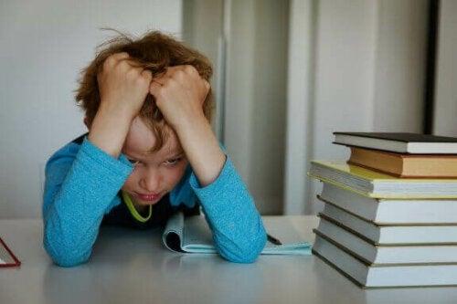 barn frustreret over lektier
