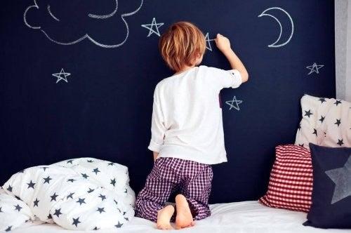 Barn tegner på kridtvæg inden sengetid