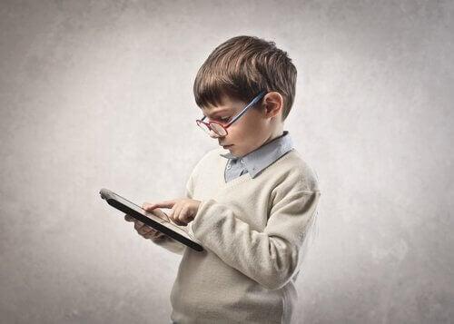 dreng med tablet