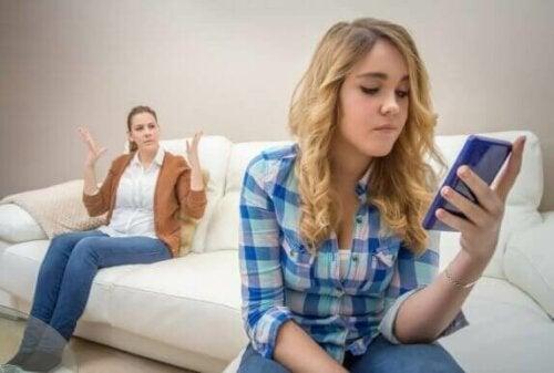 frustreret mor med teenager