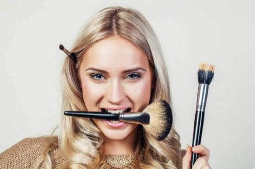 kvinde med makeup-pensel i munden