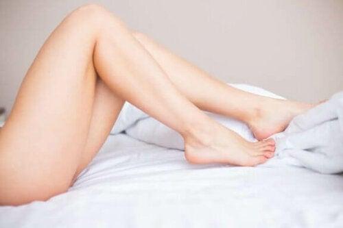 kvindeben i seng