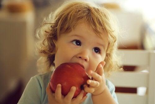 lille barn der spiser et æble