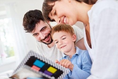 Mor, far og søn kigger på billeder sammen