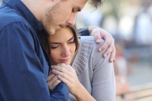 Kærestepar støtter hinanden