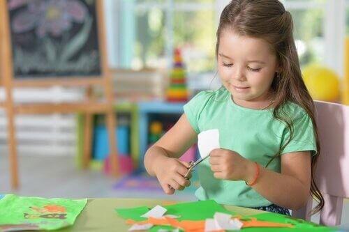 Pige er kreativ med saks og papir