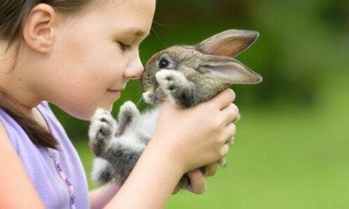 pige med lille kanin
