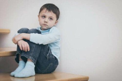 trist dreng på trappe