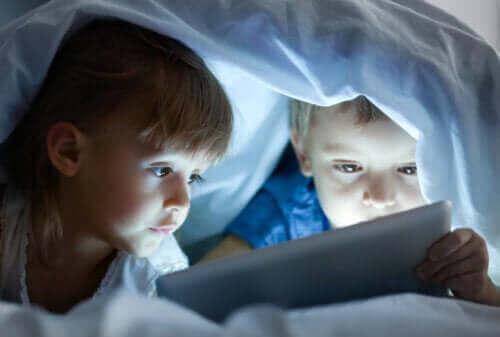 børn der kigger på tablet