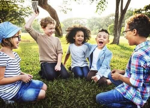 Udendørs uddannelse: Børn leger udenfor.