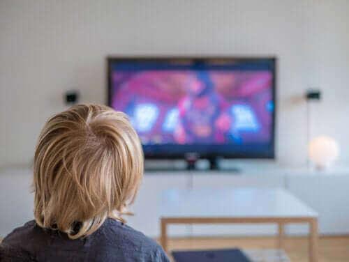 barn der ser fjernsyn