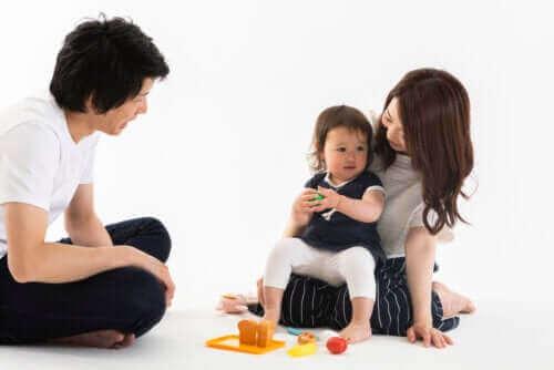 forældre der leger med barn