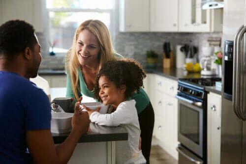 forældre der taler med barn ved morgenmaden i køkken