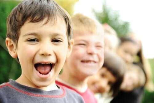 glade børn på en række
