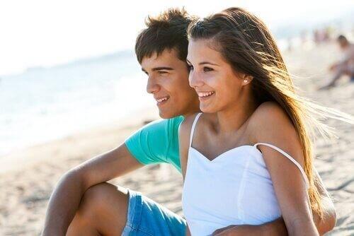 Kærestepar er på stranden sammen