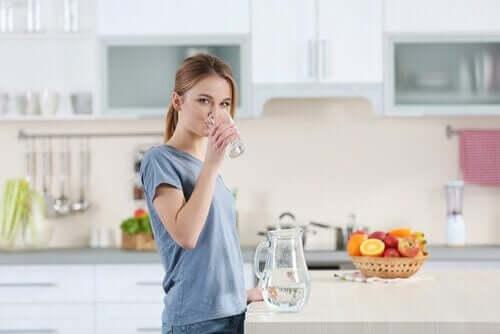 6 tricks til at holde din hud hydreret og sund: Drik vand.