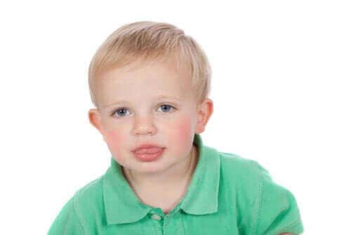 lille dreng der rækker tunge