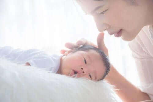 mor der aer baby på hovedet