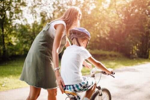mor der hjælper dreng med at cykle
