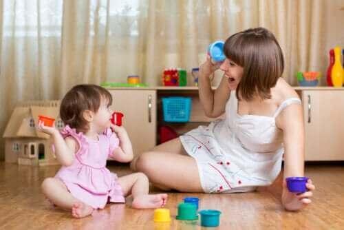 mor der leger med lille pige