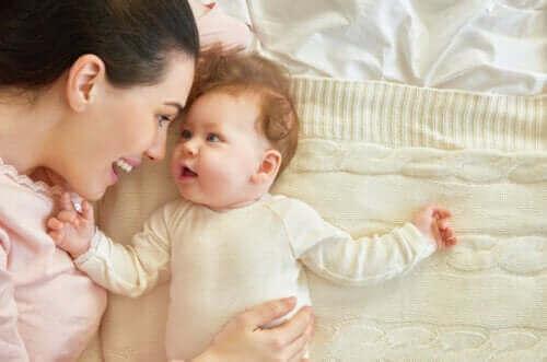 mor og baby i en seng