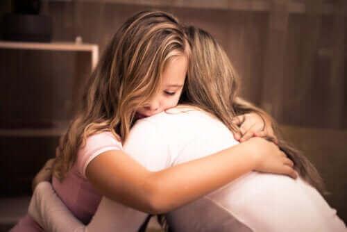 mor og datter der krammer