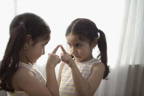 pige der peger på sig selv i spejl