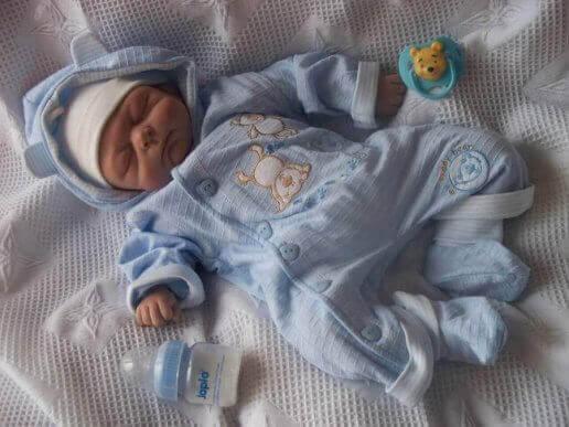 Sovende baby i pyjamas. Hvordan kan jeg vide, om min baby er kold?