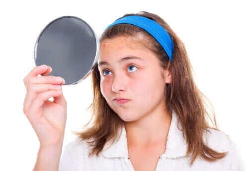 ung pige der kigger sig i spejl