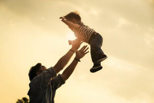 Albueluksation: Far kaster lille dreng op i luften.