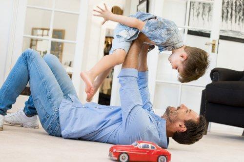Albueluksation hos børn: Far leger med søn på gulvet.