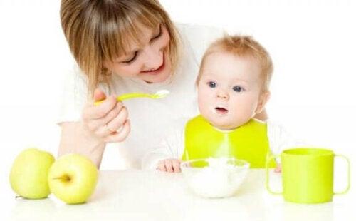 Hjælp din baby med at prøve nye fødevarer