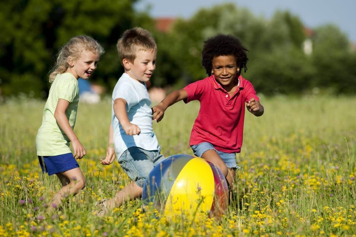 Tag i zoologisk have: Børn leger i naturen.