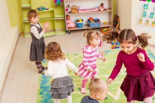 Undervisning i sociale færdigheder: Børn danser sammen i børnehave.