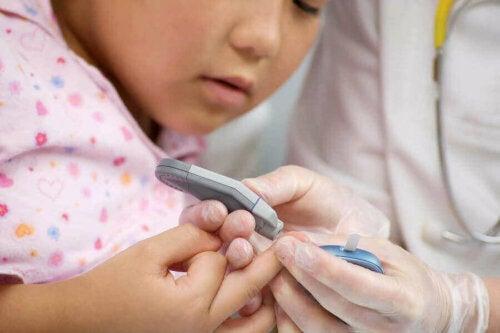 barn der får taget blodprøve i finger