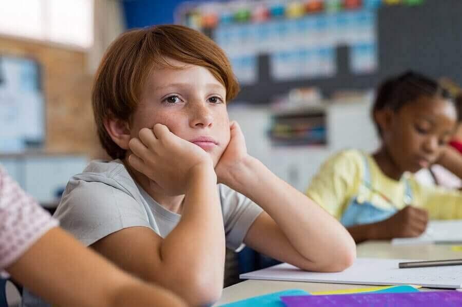 Dreng i klasseværelse med mangel på respekt overfor lærere.