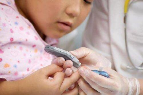 Ungdomssukkersyge: Pige bliver stukket i fingeren af sygeplejerske.