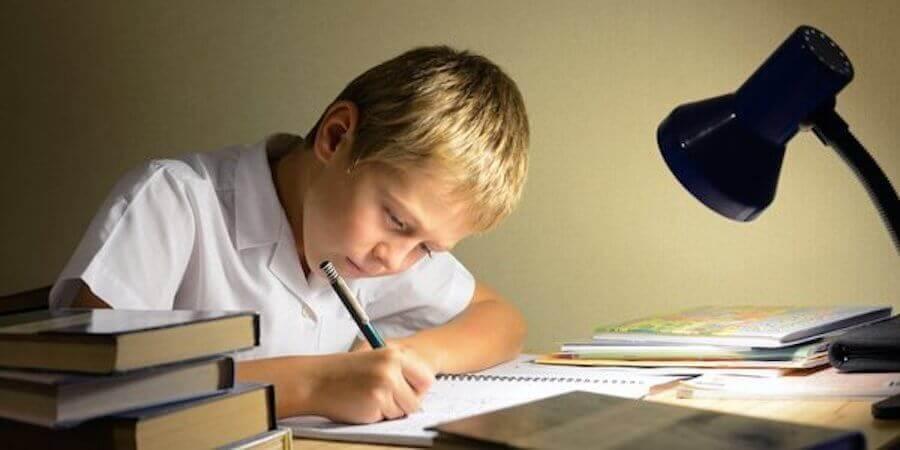 Børns manglende respekt overfor lærere: Dreng laver lektier.