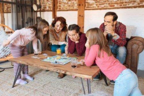 Symbolsk tankegang hos børn: Familie spiller brætspil.