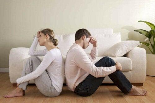 frustreret par med ryggen til hinanden