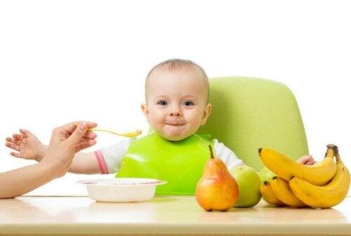 glad baby der får mad