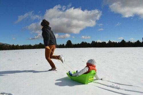lege i sne med kælk
