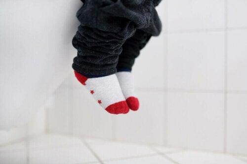 lille barn på toilet